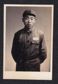 50年代军人腰上佩手枪老照片1张(尺寸约4*6厘米)1364
