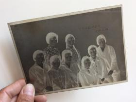 老照片底片,多位女人合影【舞臺紅花四方開75年6月】
