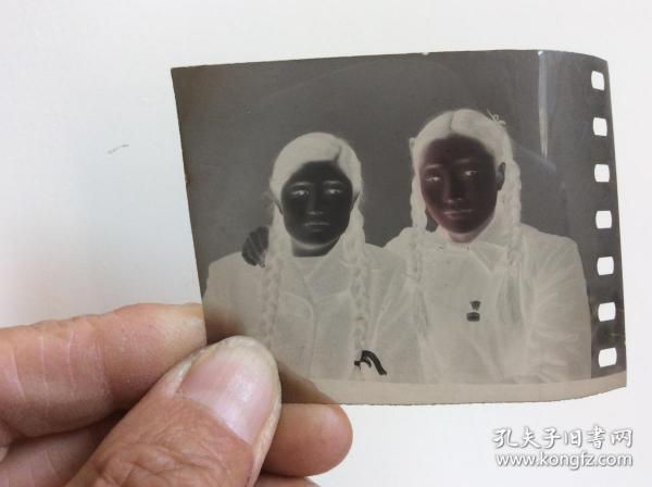 老照片底片,兩位女人合影
