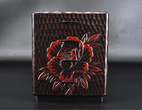 (丙7111)日本老工艺漆器《镰仓雕》抽屉柜一件 木胎漆器 四个抽屉 外壁雕花朵图案 制作精美 尺寸:24*22.5*28cm 镰仓雕:在木料上雕刻花纹,再涂以漆料的漆雕工艺。镰仓时代,也就是中国宋代时候,僧人康运学习宋人陈和卿传入的红花绿叶而制作佛像,是镰仓雕的开始。