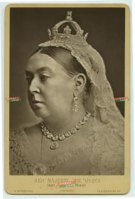 """1887年英国维多利亚女王登基五十周年纪念肖像蛋白橱柜照,是第一个以""""大不列颠和爱尔兰联合王国女王""""和""""印度女皇""""名号称呼的英国君主。她在位的63年期间(1837年6月20日~1901年1月22日,是英国最强盛的所谓""""日不落帝国""""时期。"""