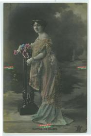 清末民初舞台剧女明星Martha De Villers玛莎·德·威乐斯银盐照片一张,其华丽服装部分做了特殊处理,有磨砂的凸起感,可谓制作精良。泛银