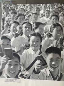 画报散页:红卫兵正接受毛主席检阅