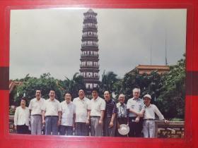 书画名家签名老照片--《1994年吴南生同志率领广东省政协书画家--赴海康县参观留影》1枚。品如图。