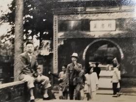 民国浙江杭州风景岳庙精忠墓门前的游人