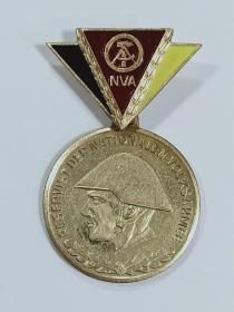 东德 人民军士兵金级基础章 优秀士兵金级奖章