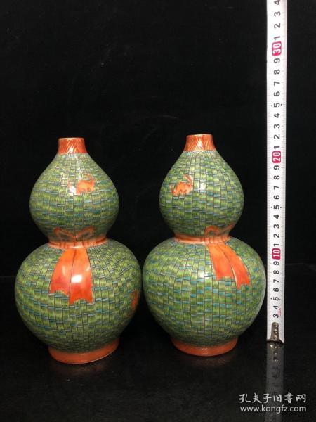 粉彩葫蘆瓶一對,年齡.大了留著沒用了..超低價格,非常便宜,賤賣
