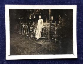 民国时期 仁济医院寄宿舍一角穿旗袍的美女留影老照片