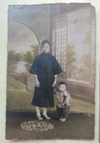 民国老照片两幅。一幅大的15*10厘米,有着色,很清晰。服饰,发型很有特色,可能也是江南一带。图二,可爱的儿童,10*7.5厘米。两幅照片来自同一处人家。