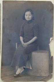四幅民国时期老照片,一幅23*15厘米,比较大,女主人公文雅大方,戴手表手镯,旗袍、鞋子也有传统服饰特色。第二幅8.5*6.5(去掉边框),和第一张一样,大都会(疑是上海著名的大都会照相馆)拍摄。非常清晰。另有两幅带小孩照片6*8.5厘米,5.7*5.7厘米。女主人公可能是上海附近大人家。