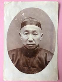 """民国早期照片,人物,经典,瓜皮帽;;墙上有字 古典意韵""""中林?蕙""""。共3张 ,合售"""