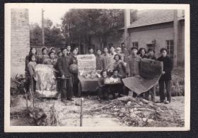 60年代群众向党代会献礼老照片1张(尺寸约5.6*8.1厘米)1365