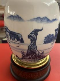 廣州風景紋飾、木的底座青花瓷可旋轉筆筒。(帶盒) 敬請看清楚、問清楚,拍下不退不換