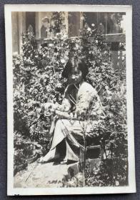 民国时期 旗袍少女于花圃内留影照一枚