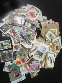 文革JT老邮票一堆 文革纪特JT老邮票一堆 约173张  很多剪片 老票一堆 老票有残 便宜出 介意勿询 按残票出 平均1块钱左右了