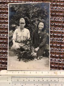 民国抗战时期一个日本鬼子与女子合影老照片