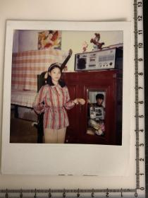 美女 老照片  八十年代的居家陈设 收音机 吉他 拍立得照片 少见
