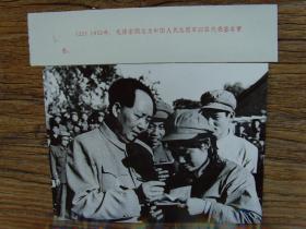 罕见毛主席老照片:1952年,毛泽东给参加抗美援朝的中国人民志愿军女战士签名留念