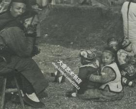 清代百无聊赖看小孩的男人老照片,一张有趣味的照片,一百年前男人看孩子难道就和现在一样吗?哈哈
