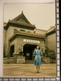 美女老照片 吉林省博物馆 伪满皇宫前 蓝裙子美女 率真青春 身材隐约可见