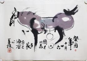 韩美林,1936年12月26日生于山东,中国当代极具影响力的天才造型艺术家,在绘画、书法、雕塑、陶瓷、设计乃至写作等诸多艺术领域都有很高造诣,大至气势磅礴,小到洞察精微,艺术风格独到,个性特征鲜明,尤其致力于汲取中国两汉以前文化和民间艺术精髓,并体现为具有现代审美理念和国际通行语汇的艺术作品,是一位孜孜不倦的艺术实践者和开拓者。国家一级美术师,清华大学美术学院教授,中央文史馆研究员。