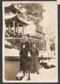 1951年,大雪之后,身穿长袍,杭州放鹤亭留念老照片
