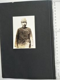 来自侵华日军联队相册,1页正反面贴2张照片,日军军官,是否是步兵第48联队长,背面是日军第48联队旗,有步兵第48联队,沙河,台东镇字样