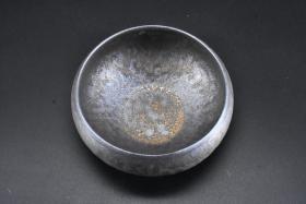 (丙7139)《鎏金茶具小茶洗杯》陶瓷器一件 功夫茶道建水配件 直径:11.8cm 高:5.9cm 茶洗是用来洗茶的工具。茶洗形如大碗,深浅色样很多。烹工夫茶必备三个,一正二副,正洗用以浸茶杯,副洗一个用以浸冲罐,一个用以盛洗杯的水和已泡过的茶叶。
