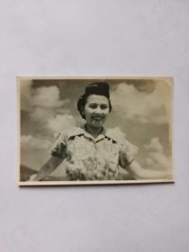 民国明星美女,陈云裳,小照片一张,背面有盖章。(1919年8月10日—2016年6月29日),活跃在20世纪40年代早期的演员,原名陈云强,祖籍广东省台山市,出生于香港,中国内地女演员,毕业于广州女子师范学校