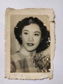 民国美女,王玉龄,小照片一张。时任国民党七十四军中将军长的张灵甫结为了夫妻,此事曾轰动一时。(1928年— ),女,安徽籍,1949年4月,王玉龄先到台湾,之后又远走美国,读书打工,寻找新的生活。在此期间,王玉龄一直孑然一身,始终未再嫁。她在航空公司工作了20余年,直到退休后,才随儿子回到祖国,现定居上海。