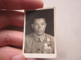 佩戴抗美援朝纪念章抗美援朝战士勋章奖章的五零式革命军人照2寸