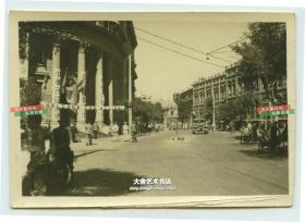 民国1945年天津法国租界中法银行大楼(现在天津市和平区解放北路总工会办公大楼),大楼上大幅标语:庆祝抗战胜利,中华民国万岁,欢迎盟军等中外文标语。