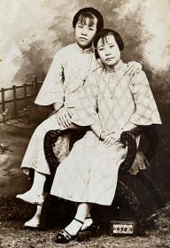 民国时期老照片——姐妹情深(银盐照片)(旗袍女子)