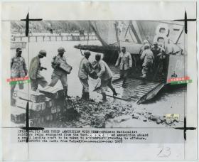 1955年2月国民党撤离浙江省台州市椒江区大陈岛前往登陆舰上运送物资老照片,美联社新闻传真照片