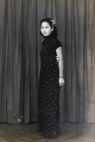 """民国时期老照片——神气的旗袍女子(银盐照片)(美华照像)(封面写有""""物华"""")(哈尔滨)"""