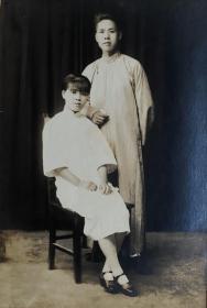 民国时期老照片——幸福的夫妻俩(银盐照片)(有封面、题字)(婚后纪念)(细节精美)(首都华丽照相馆)