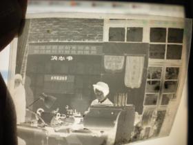 文革老照片---底片. 毛泽东思想的光辉永远照耀着我们前进的道路---决心书---小件组决心书; 南京晨光厂 ,漂亮.