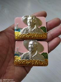 文革时期:毛主席草帽出头彩色方形像章一对。品相极佳非常少见