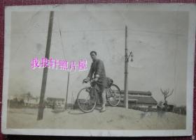 民国老照片: 民国上海——劳利育路(Route Camille Lorioz),长袍男子骑自行车(赛车级)。1937年——备注简史:1918-1921年修筑,以当时法国侨民Camille Lorioz名字命名。1943年,以山东地名改名为泰安路后沿用至今,是上海64条永不拓宽的马路。【陌上花开系列】