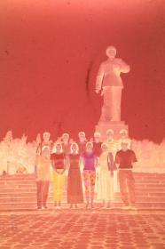 【135老底片】(46366)雷锋雕像前合影:2张一条