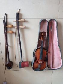 下鄉收到兩個二胡和一個小提琴,保存完好,都能正常使用