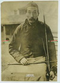 民国时期世界上指甲最长的中国人老照片,最长的一根长达31.5英寸,大约80厘米