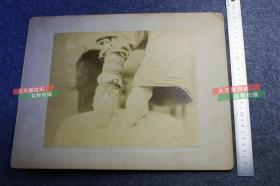 清代中国妇女的小脚三寸金莲特写大幅蛋白照片,光脚和穿袜后的对比,照片尺寸为25X20.6厘米,粘贴在35.3X28厘米的硬纸卡上