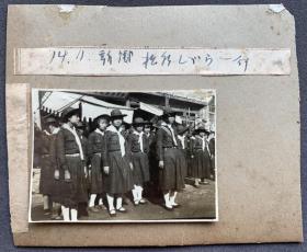 【新乡抗战史料】1939年11月 河南新乡沦陷时期 街头欧式制服女学生一行 银盐老照片一枚
