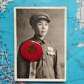 老照片    赵兴元  小照片 1950年9月参加全国战斗英雄会议出发前摄于安东,也是40军编印的 《战斗在朝鲜》一书所用照片。大照片是会议授奖后照片。赵兴元资料请查百度。小照片8.8cmx6,大照片11cmx7.7cm。二张合售不单卖,不商价,非诚勿扰。