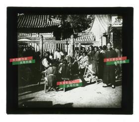 """清代民国玻璃幻灯片----清末民初时期北京西城区地安门外什刹海火德真君庙,俗称""""火神庙"""",皇家派道教道观,大门前有热闹的算命先生摊位"""