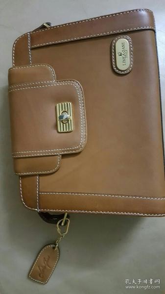 經典款斜挎真皮包,多年前從香港帶回來,閑置一直沒使用