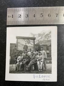 文革时期高山下军代表和执勤战士们合影老照片 同志们拿语录在一起合影