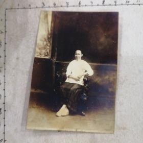 民国时期妇女照(红木椅)