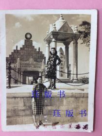 民国照片,绝对漂亮!清晰!旗袍,两个美女,一个在上,一个在下,广东广州黄花岗七十二烈士墓(注意【跟现在不一样】,当时有国民党标识)